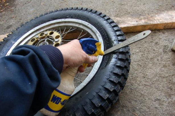 Now here's great tip I picked up from my good chum Pip Higham. Some off road tyres can be a bugger to seat on the rim, Pirelli MT43 rears spring to mind... sometimes these would take over 80psi and lots of soapy to seat and water. 80psi in a trails tyre used to make me wince in anticipation of it letting go full in my face. The consewquences don't bear thinking about, which is why tyre fitting companies use inflation cages. Using Pip's advice of a quick squirt of WD around the seat means they pop on easily with about 40 psi. Much safer...